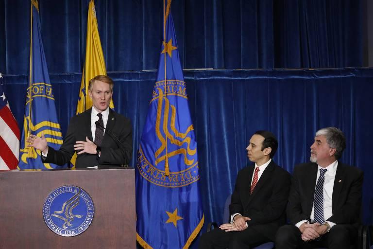 O senador James Lankford anuncia a nova divis�o de consci�ncia religiosa, junto do Escrit�rio de Direitos Civis, Roger Severino (centro), e do secret�rio interino da Sa�de, Kevin Hargan, em Washington