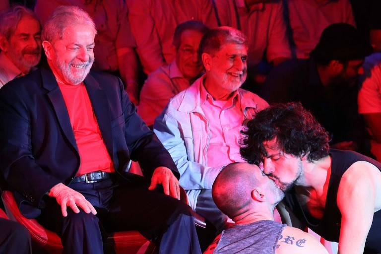 Após críticas a Exército por caso Pazuello, Carlos Bolsonaro associa Lula e Defesa sob petista a beijo gay