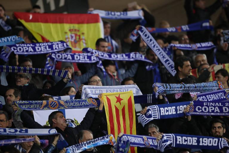 Torcedores do Espanyol agitam bandeiras da Espanha e da Catalunha em jogo contra o Barcelona