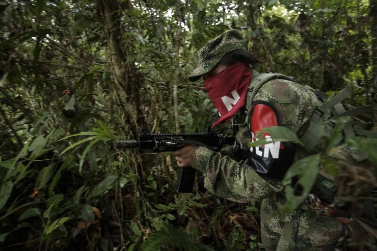 Combatente de uma das frentes do ELN faz patrulha no departamento colombiano de Chocó