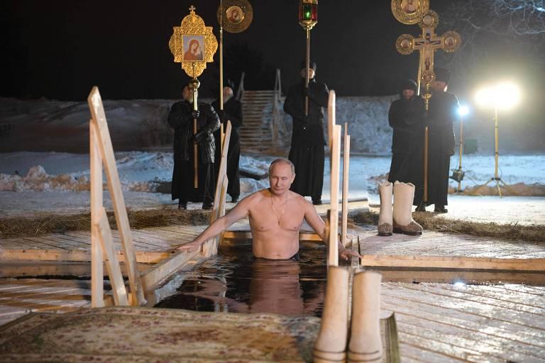 O presidente russo, Vladimir Putin, mergulha nas águas geladas do lago Seliger na celebração da Epifania