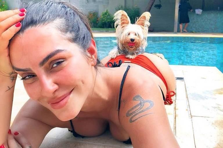 Cléo Pires aproveita dia de calor na piscina