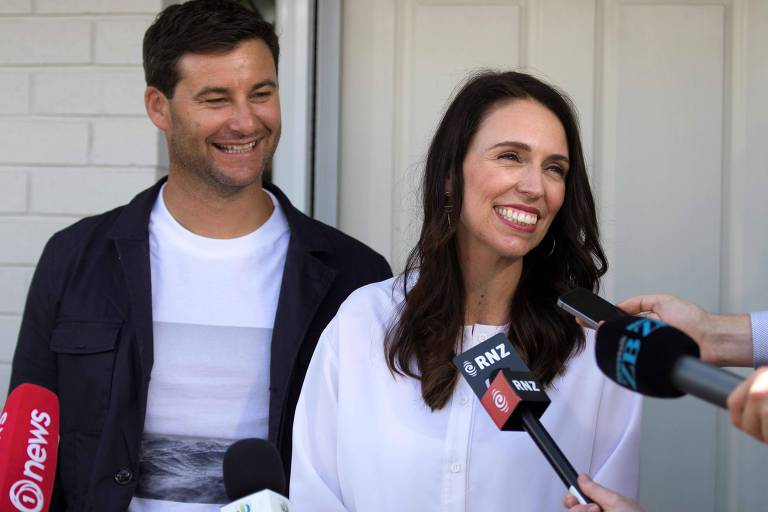 Jacinda Ardern, primeira-ministra neo-zelandesa, anuncia a gravidez ao lado do companheiro