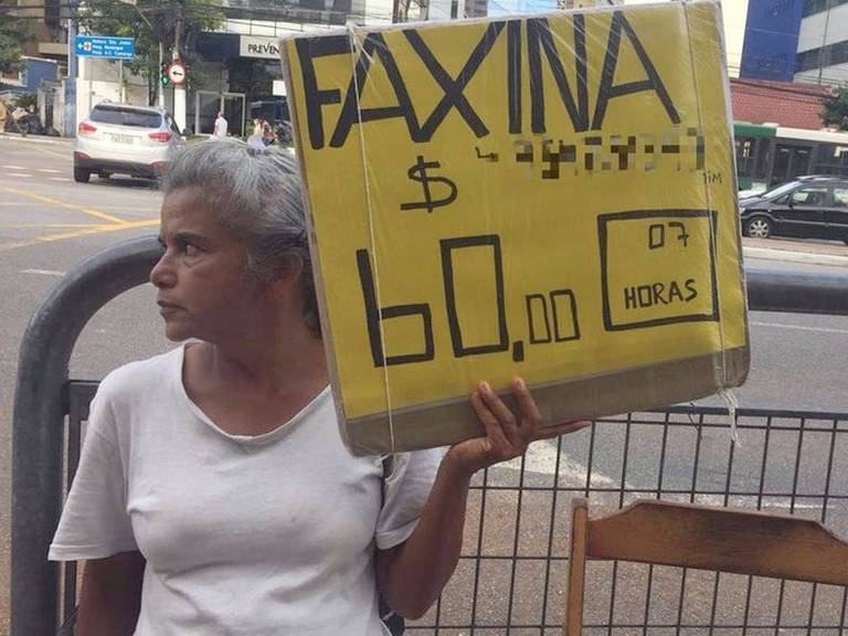 Rosana da Silva exibe um pedido de emprego todos os dias na Vila Mariana, bairro da zona sul de São Paulo – Leandro Machado/BBC Brasil