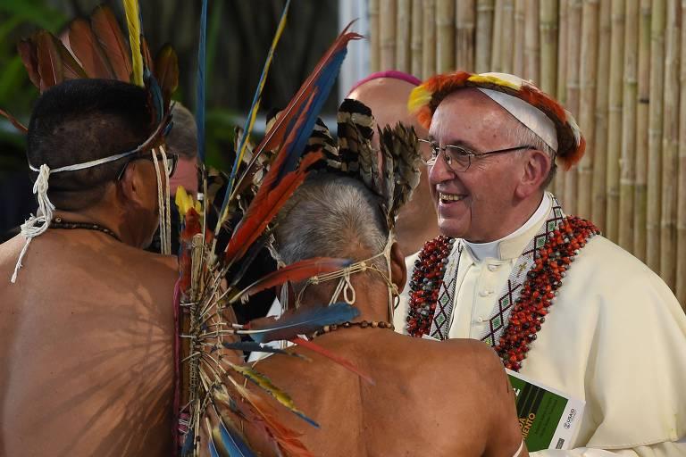 O papa Francisco recebe líderes indígenas no altar montado em estádio de Puerto Maldonado, no Peru