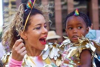 Leandra Leal posa fantasiadade unicórnio com a filha em bloco de Carnaval