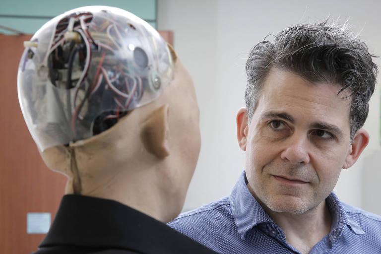 O robô Sophia, da Hanson Robotics, e o fundador da empresa, David Hanson