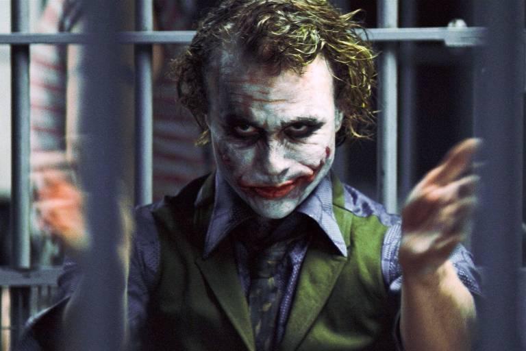"""O ator Heath Ledger, como Coringa, em cena do filme """"Batman - O Cavaleiro das Trevas"""" (2008), de Chrisfopher Nolan"""