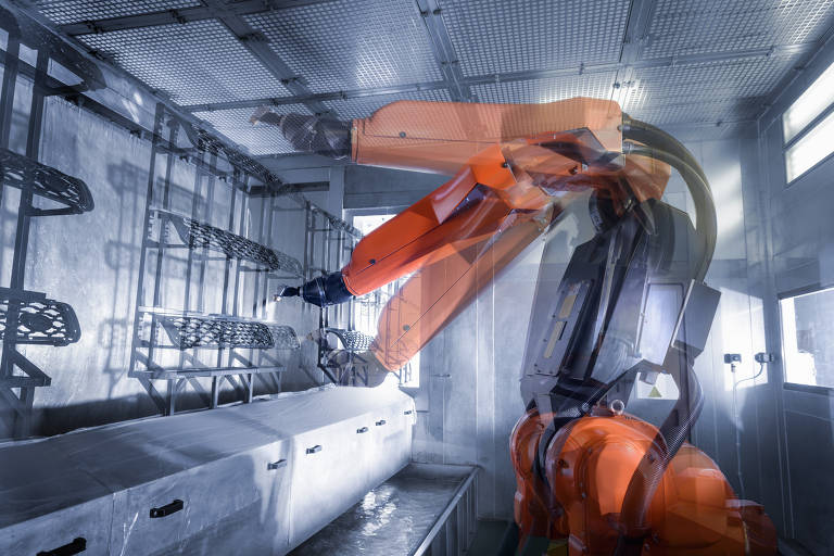 Robô pinta partes de automóveis em fábrica
