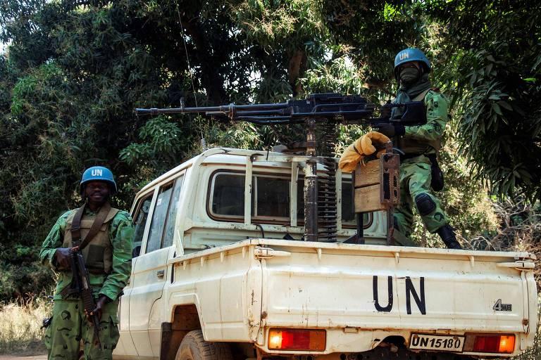 Soldados camaroneses da missão de paz da ONU patrulham vilarejo em Bedaya, na República Centro-Africana
