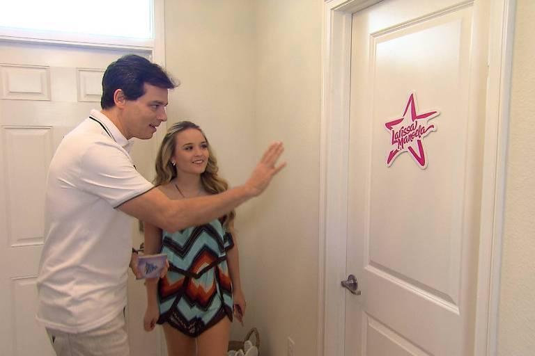 Celso Portiolli à mansão da atriz-mirim Larissa Manoela, em Orlando