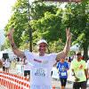 Leandro Hassum comemora os 5km de sua primeira corrida de rua: ?Muito emocionado!? O ator e comediante, que emagreceu mais de 62kg, encarou o desafio da Colgate Total 12 junto a outros cinco mil corredores neste sábado, 20, na corrida de São Sebastião (RJ)