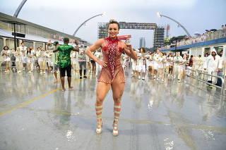 JujuSalimeniabusa detransparência e mostra samba no pé debaixo de chuva