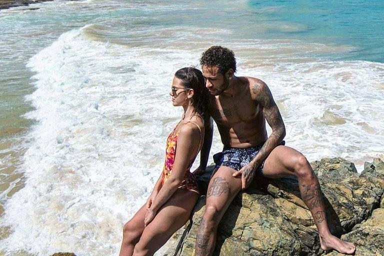 Bruna Marquezine  e Neymar curtem praia em Fernando de Noronha