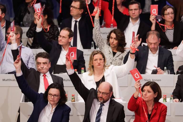 Líder do SPD, Martin Schulz (centro, embaixo) e demais delegados votam a favor de coalizão com Angela Merkel, em conferência em Bonn, na Alemanha