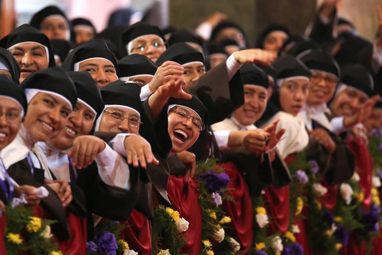 Freiras reagem à chegada do papa Francisco no santuário do Senhor dos Milagres, em Lima, no Peru