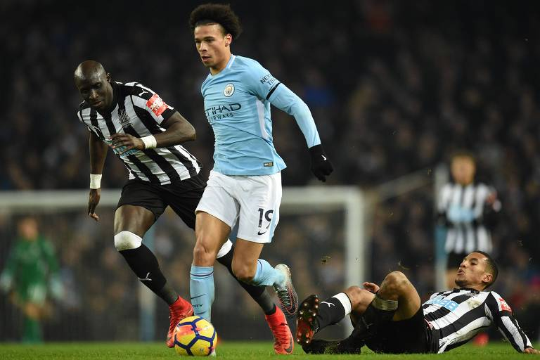 Leroy San� dribla marcadores em jogo do Manchester City contra Newcastle