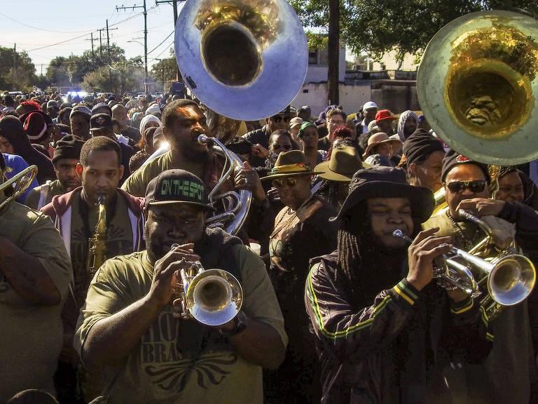 Hot 8 Brass Band toca durante desfile em Nova Orleans, na Louisiana, nos EUA Josh Haner/The New York Times