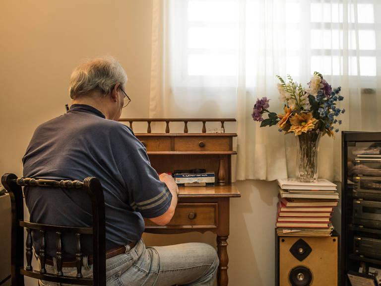 Roberto N., 77, viu a dependência do álcool aumentar com a dificuldade de achar emprego Bruno Santos/Folhapress
