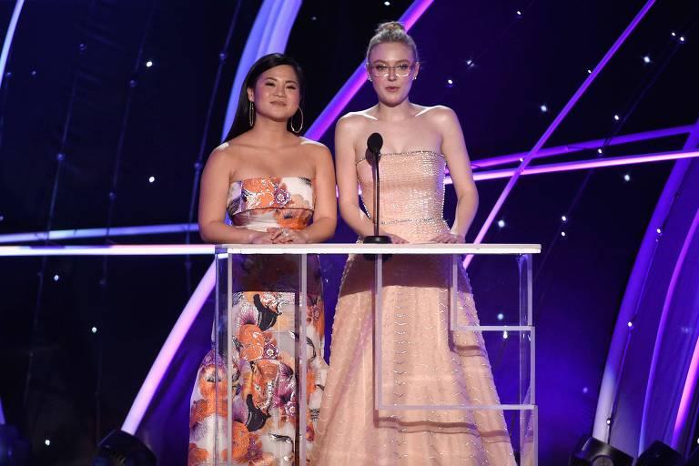 As atrizes Kelly Marie Tran (esquerda) e Dakota Fanning no palco do 24º Annual Screen ActorsGuild Awards  em Los Angeles, California