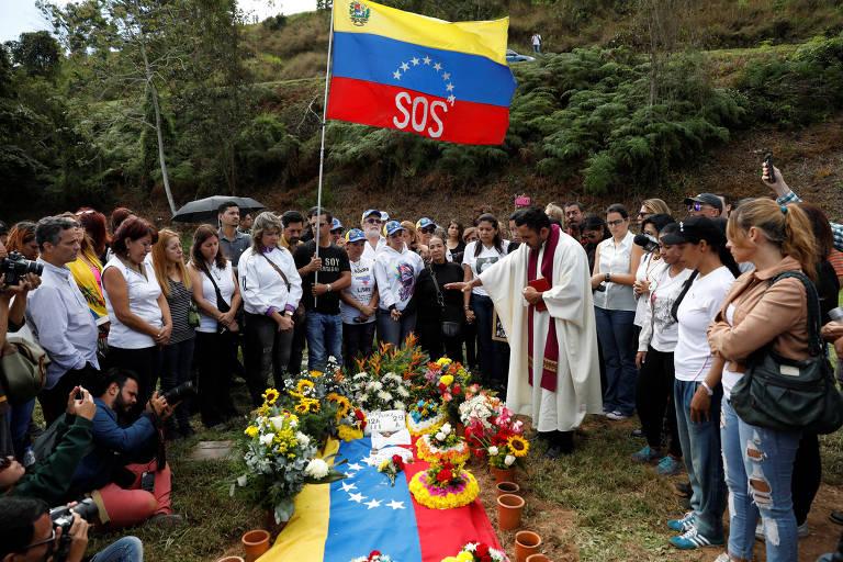 Familiares de Óscar Perez acompanham seu funeral em Caracas, na Venezuela