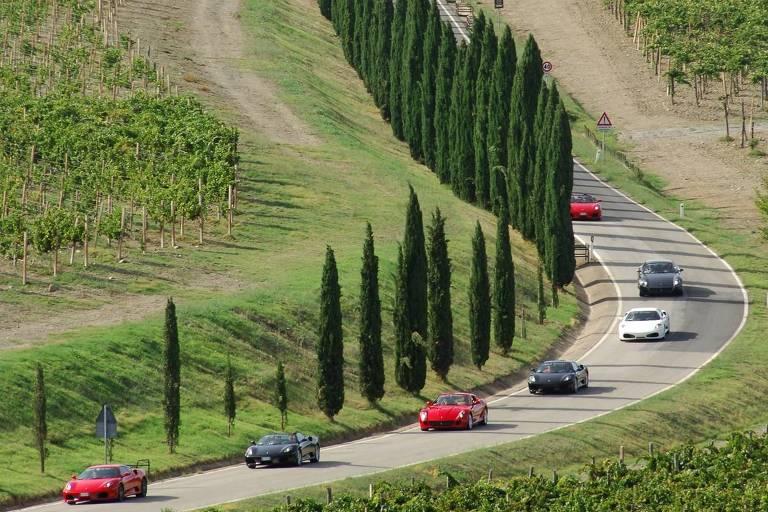 Motoristas pilotam Ferraris na Itália – Divulgação
