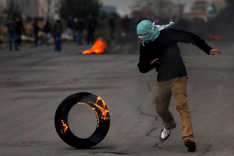 Manifestante palestino protesta na Cisjordânia contra a visita de Pence a região