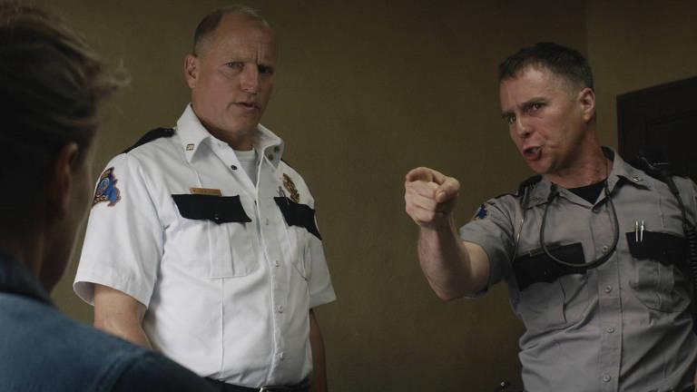 """Woody Harrelson e Sam Rockwell em cena de """"Três Anúncios para um Crime"""""""