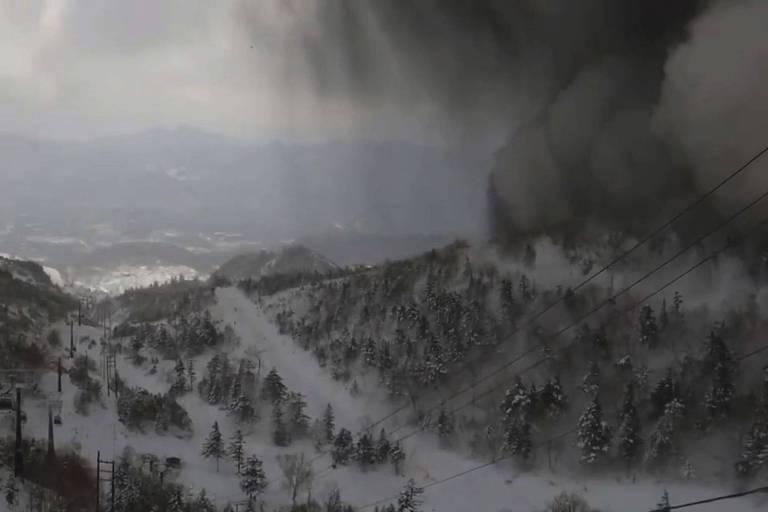 Fuma�a expelida pelo vulc�o Kusatsu-Shirane � vista da esta��o de esqui