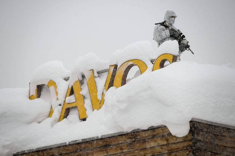 Seguran�a armado no telhado de hotel em Davos, na Su��a, onde acontece o F�rum Econ�mico Mundial