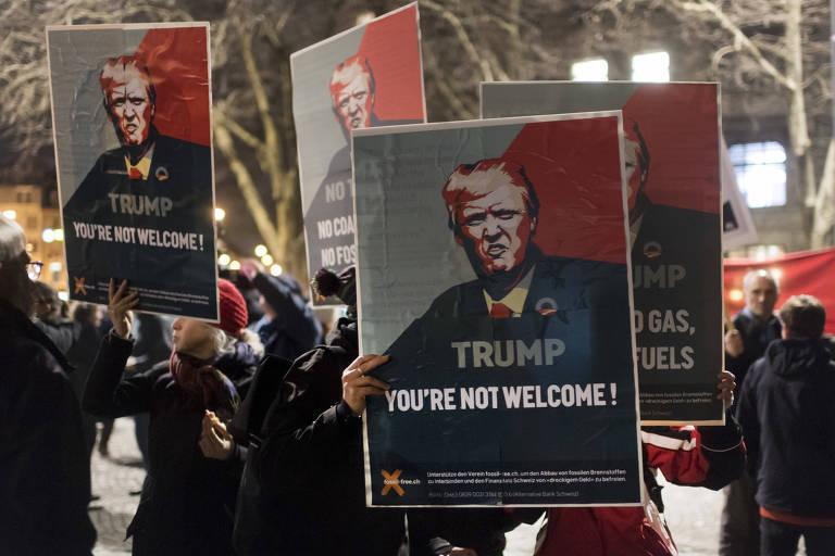 """Cartazes dizem """"Trump, voc� n�o � bem-vindo"""", em protesto em Zurique, na Su��a"""
