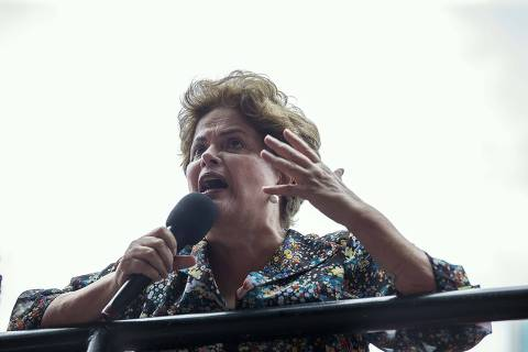 PODER -  Porto Alegre. A Presidenta Dilma discursa no ato de mulheres que aconteceu hoje em frente a Assembleia Legislativa. Ela esta na cidade para acompanhar o julgamento do ex presidente Lula.   23/01//2018 - Foto: Marlene Bergamo/FolhaPress -017