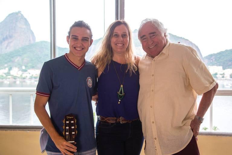 No intervalo da gravação de 'Malhação', Luis Gustavo aparece ao lado de Tom Karabachian e da diretora artística Natalia Grimberg