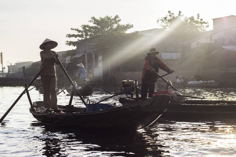 Vendedores no mercado flutuante de Cali Rang, perto de Can Tho, no Vietnã Tiago Caramuru