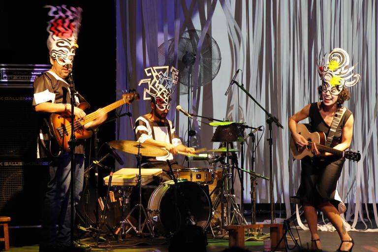 Os músicos João Taubkin (violão), Igor Caracas (percussão) e Luz Marina (violão) durante o espetáculo infantil 'Catopleia - Alegorias Musicais'