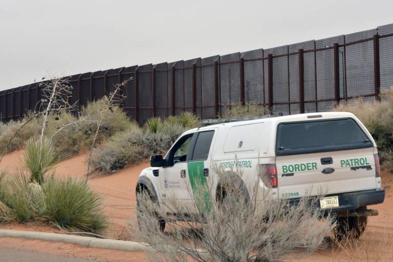 Camionete passa pela região de cerca entre Santa Teresa, no Novo México, e Jerónimo, em Chihuahua