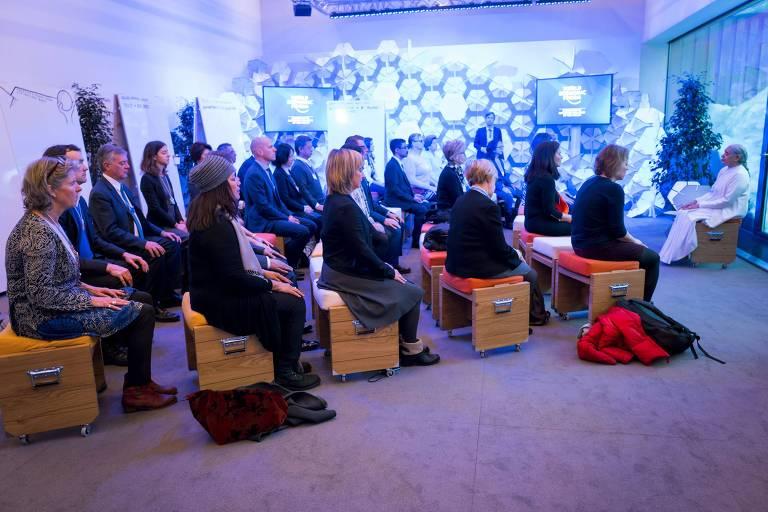 Participantes em sessão matinal de meditação no fórum de Davos, na Suíça