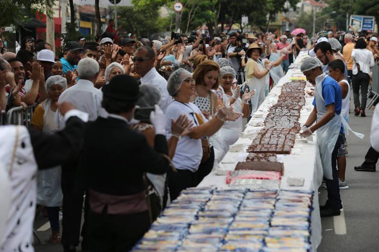 Tradicional bolo do Bexiga atrai multidão e marca a festa pelos 464 anos da cidade de São Paulo