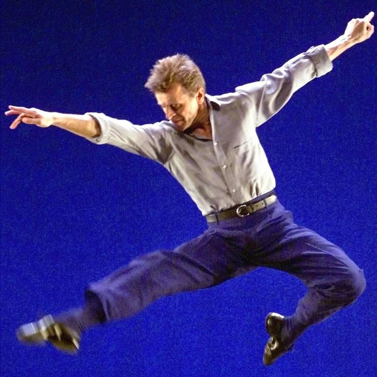 O bailariano, coreógrafo e ator Mikhail Baryshnikov salta durante coletiva em Madri