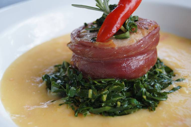 Filé-mignon suíno com presunto cru, polenta de fubá mimoso e taioba pode aparecer no menu do Kitanda Brasil