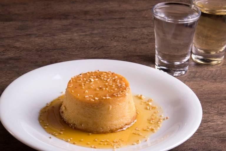 Pudim de pinga com cobertura de castanha de caju é opção de sobremesa no Maria Farofa