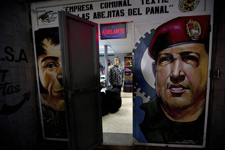 Imagem do ex-presidente Hugo Chávez é reproduzida em loja de experimento de comuna na Venezuela
