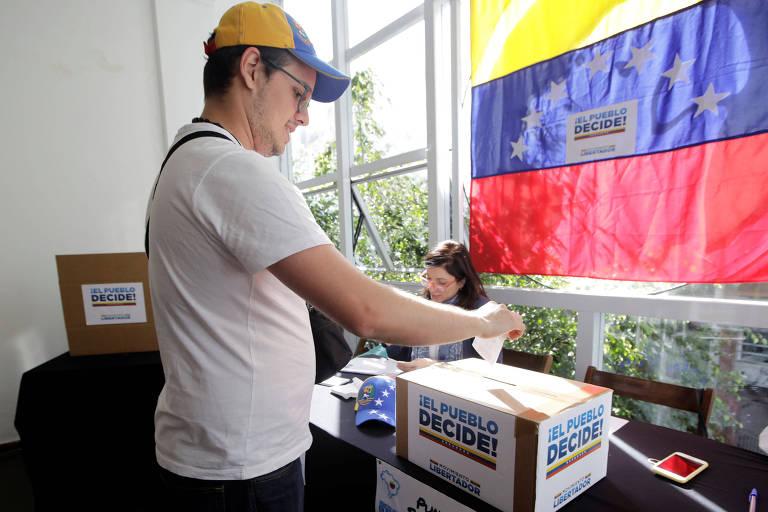 Imigrante venezuelano em São Paulo vota em plebiscito promovido pela MUD em julho de 2017