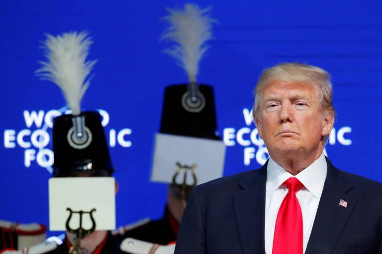 Donald Trump com músicos de uma fanfarra no palco antes de seu discurso em Davos