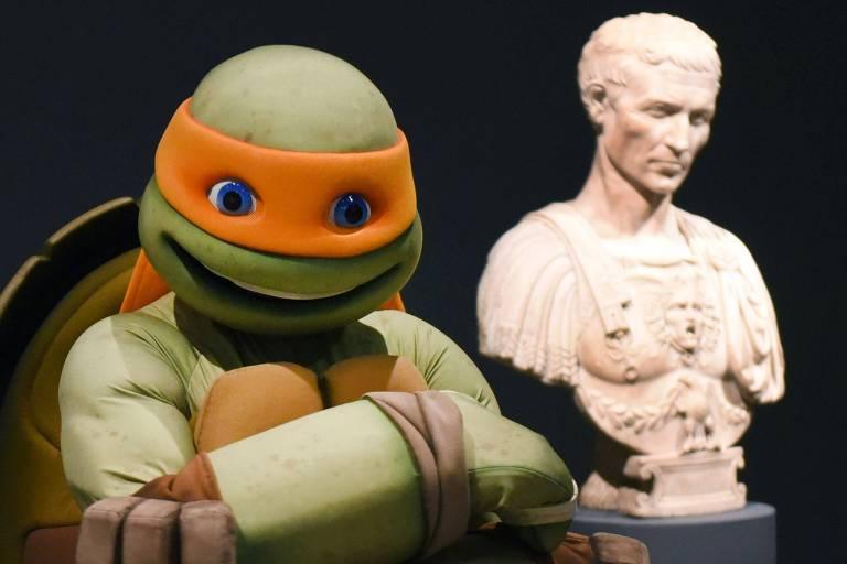 Tartaruga Ninja visita exposição de artista homônimo em Nova York (EUA)