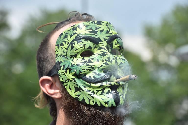 Manifestante com m�scara de maconha durante protesto em Paris pela legaliza��o da droga