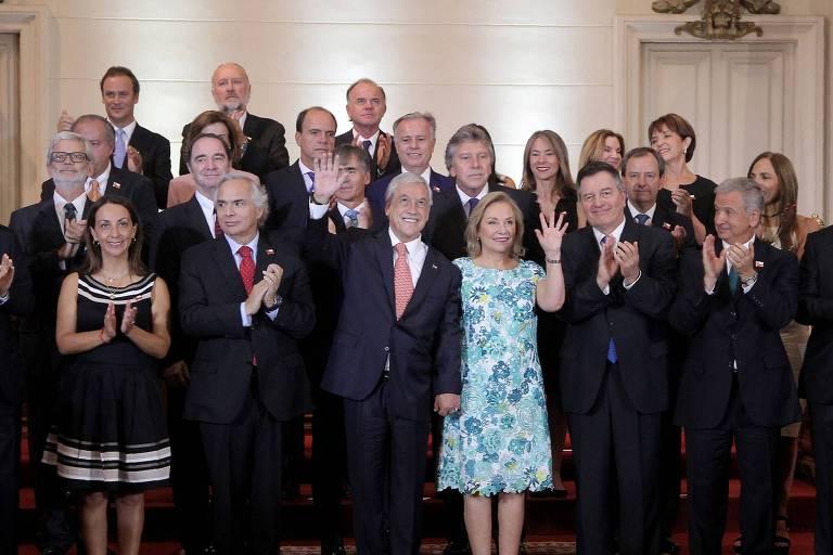 O presidente eleito do Chile, Sebasti�n Pi�era (centro) e sua mulher, Cecilia Morel, posam para foto com seu gabinete no Congresso Nacional em Santiago