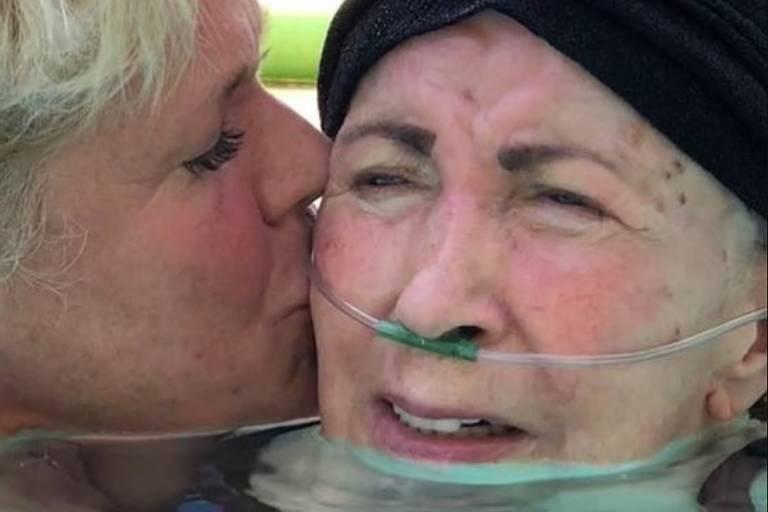 Xuxa e a mãe, Alda, dentro da piscina, no Natal de 2017