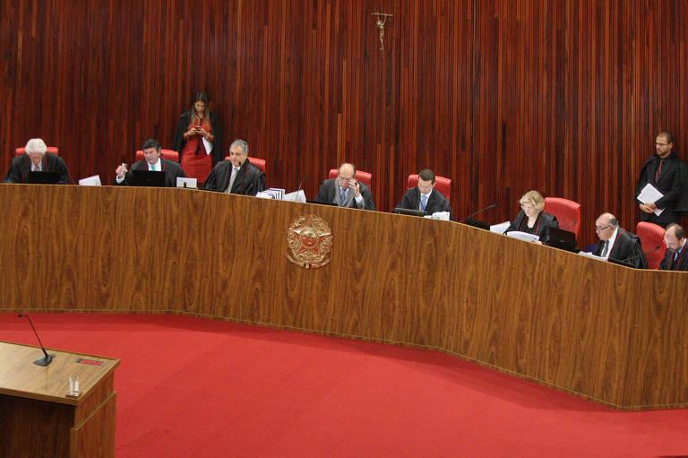 Ministros do Tribunal Superior Eleitoral debatem em sess�o de encerramento de 2017, em 19 de dezembro
