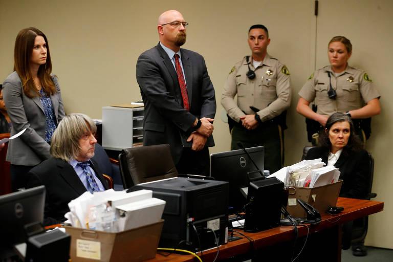 David e Louise Turpin (sentados) comparecem � audi�ncia judicial em Riverside, na Calif�rnia